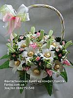 Свадебный конфетный букет из лилий в белой корзине №15+13