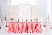 Свадебное оформление президиума молодоженов, ажурный фон с текстильным обрамлением и пуговками