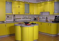 Яркая желтая Радиусная кухня с оригинальным островом