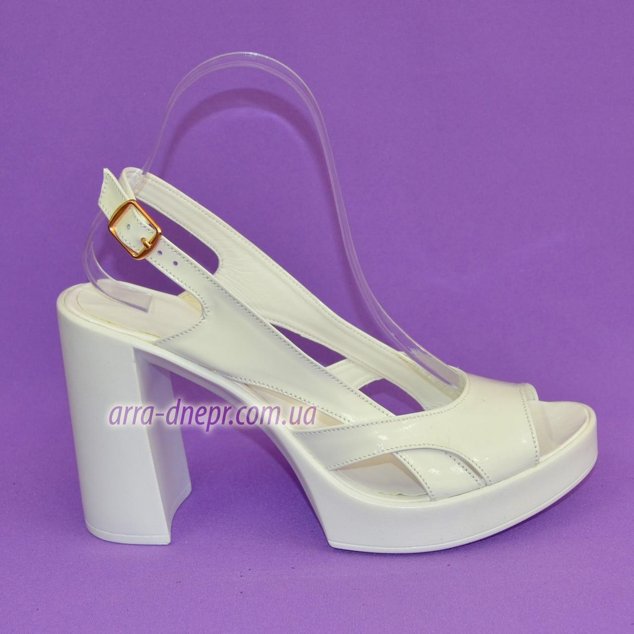 Женские белые лаковые босоножки на высоком каблуке