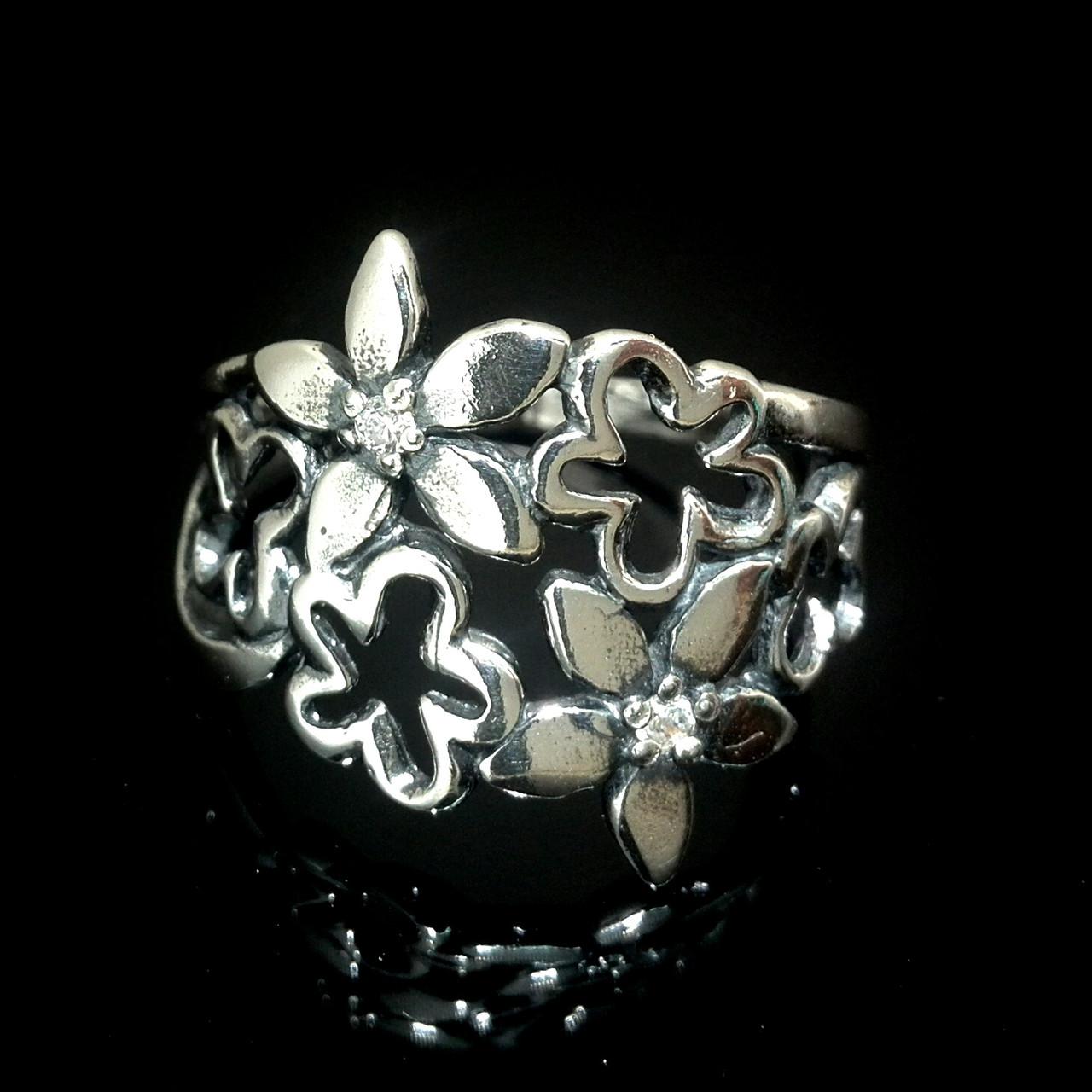 Шикарное серебряное кольцо в виде цветочного букета со вставками из фианита