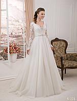 Элегантное свадебное платье с оригинальным гипюром на рукавах