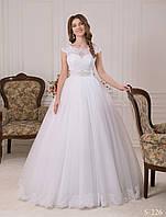 Пышное свадебное платье с нежным драпированным поясом и большим бантом
