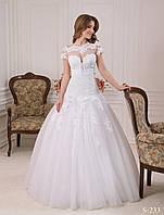 Великолепное свадебное платье с удлиненным лифом и полупрозрачным болеро