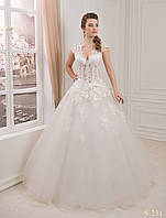 Роскошное пышное свадебное платье с нежным цветком на поясе