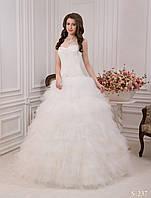 Необычное свадебное платье с открытыми плечами и пышной юбкой