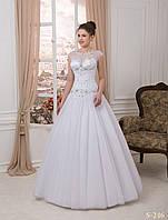 Пышное свадебное платье украшено аппликацией - макраме и камнями