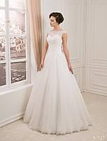 Привлекательное свадебное платье с необычно красивым цветком сзади юбки