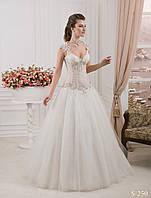 Божественное свадебное платье с полупрозрачным лифом украшенным аппликацией и камнями