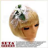 Белая круглая шляпка таблетка с розами на заколке, вуалетка.