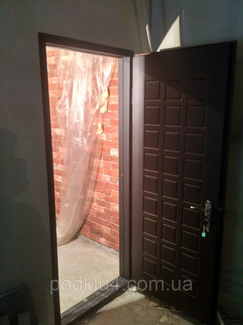 Бронированные двери с обратной луткой в гипсокартоновую перегородку