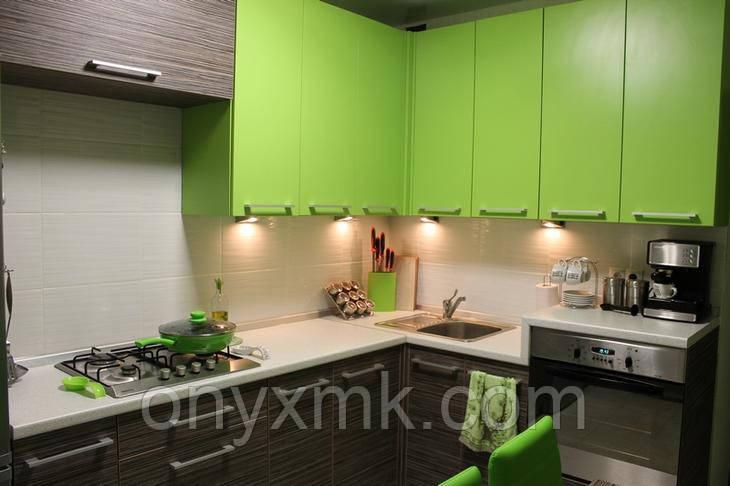 Современная угловая зеленая кухня из ЛДСП