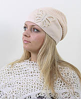 Женская шапка с модной апликацией