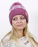 Вязаная шапка украшенная большими розово-белыми снежинками