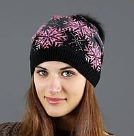 Черная шапка с розовым рисунком