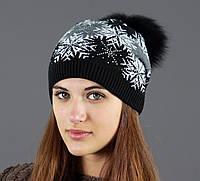 Черная шапка с белыми снежинками