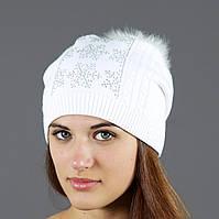 Женская шапка белого цвета в стазах
