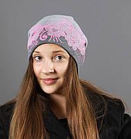 Женская шапка приспущена сзади