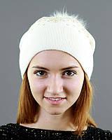 Белоснежная шапка с рисунком из страз
