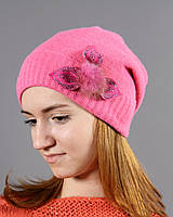 Розовая шапочка с модной апликацией