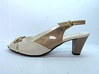 Женские босоножки бежевые на устойчивом каблуке