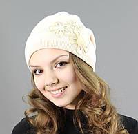 Качественная шапка с модным украшением