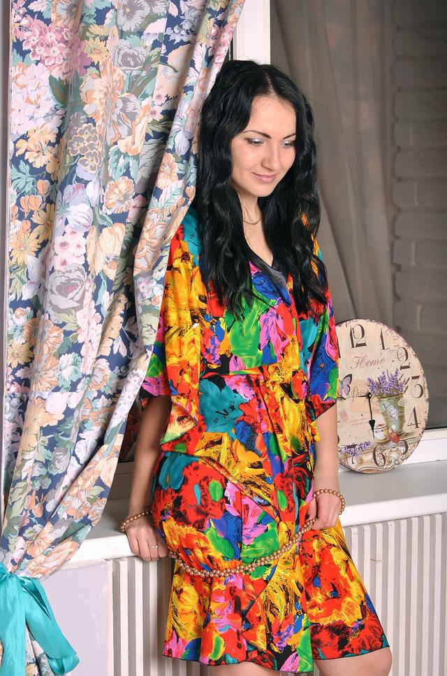 Яркое женское платье для дома
