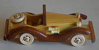Фигурка автомобиля из дерева