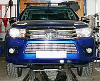 Декоративно-защитная сетка радиатора Toyota Hilux 2015- фальшрадиаторная решетка, бампер