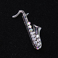 [30Х10 мм.] Брошь Саксофон, светлый металл и стразы