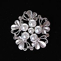 [40/40 мм.] Брошь Цветок нежные лепестки , светлый жемчуг крупный и маленький, металл Silver и стразы