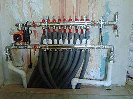 смонтированный коллектор с подключенными трубами контуров теплого пола
