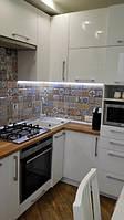 Глянцевая белая кухня и Столешница из дерева, фото 1