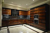 Угловая шпонированная кухня в глубоком лаке