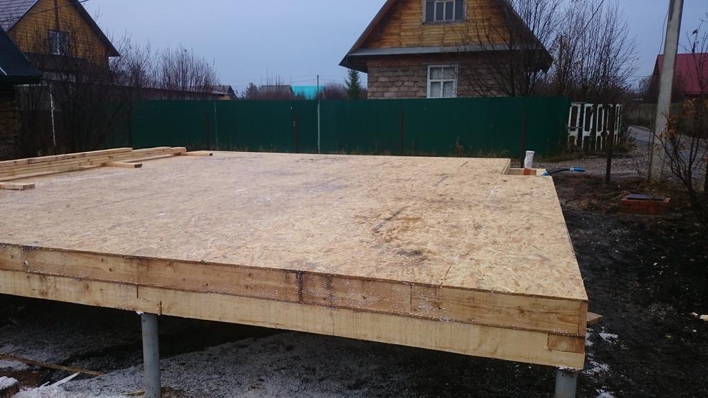На участке смонтирован свайный фундамент. Закреплен обвязочный брус. Уложено первое перекрытие из СИП-панелей.