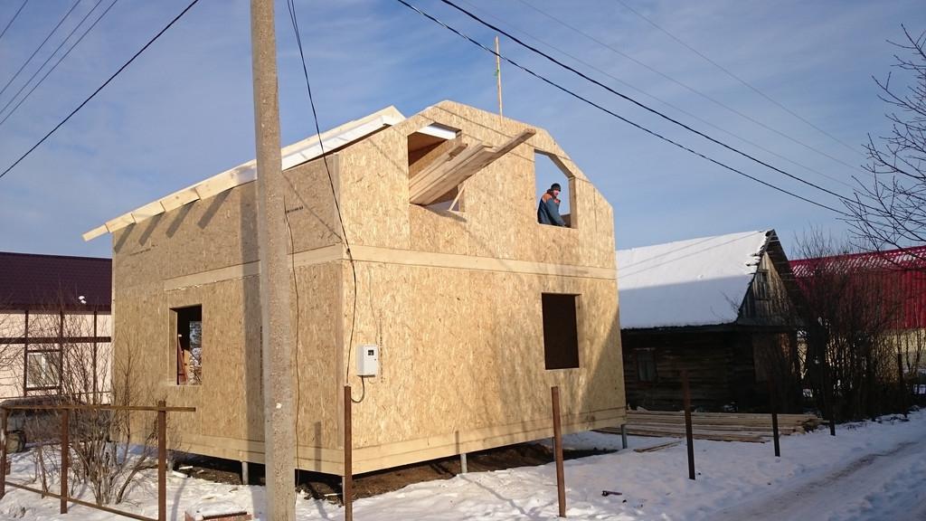 Возведение стен и перегородок мансарды. Укладка односторонних СИП-панелей чердачного перекрытия и скатов крыши.