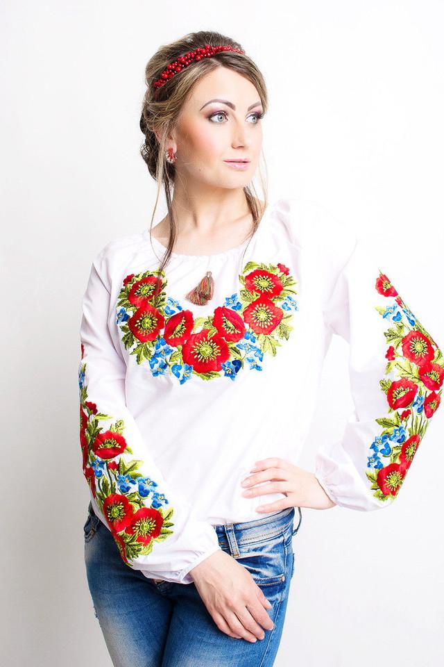 фотография женская вышиванка белого цвета с красными и голубыми цветами