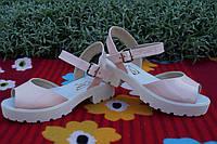 Модные лаковые стильные женские босоножки цвета пудры на белой тракторной подошве. Арт-0137