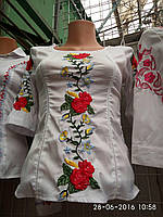 Белая блузочка с вышивкой розы