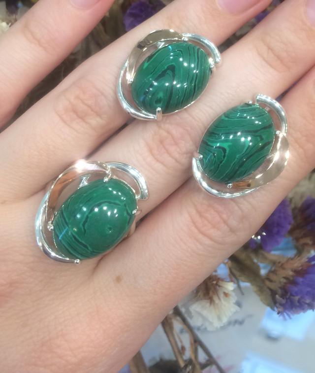 Серебряные серьги и кольцо с малахитом