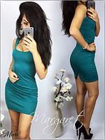 Облегающее платье с открытым декольте и разрезом