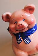 Копилка свинья в шарфе