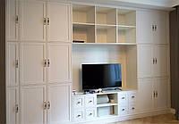 Встроенный шкаф с нишей под ТВ и открытыми полками в спальню
