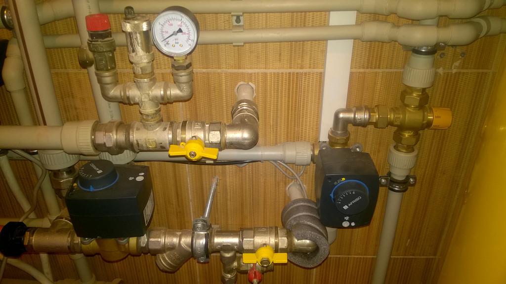 Трехходовые клапаны в автоматическом режиме направляют горячую воду на догрев газовым котлом и теплоноситель системы отопления на предварительный нагрев.