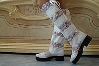 Стильные белые женские высокие кружевные сапоги на тракторной подошве. Арт-0070