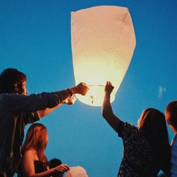 Запусти небесный фонарик: отправь мечту в небеса красиво!