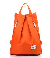 Женский городской рюкзак треугольной формы.