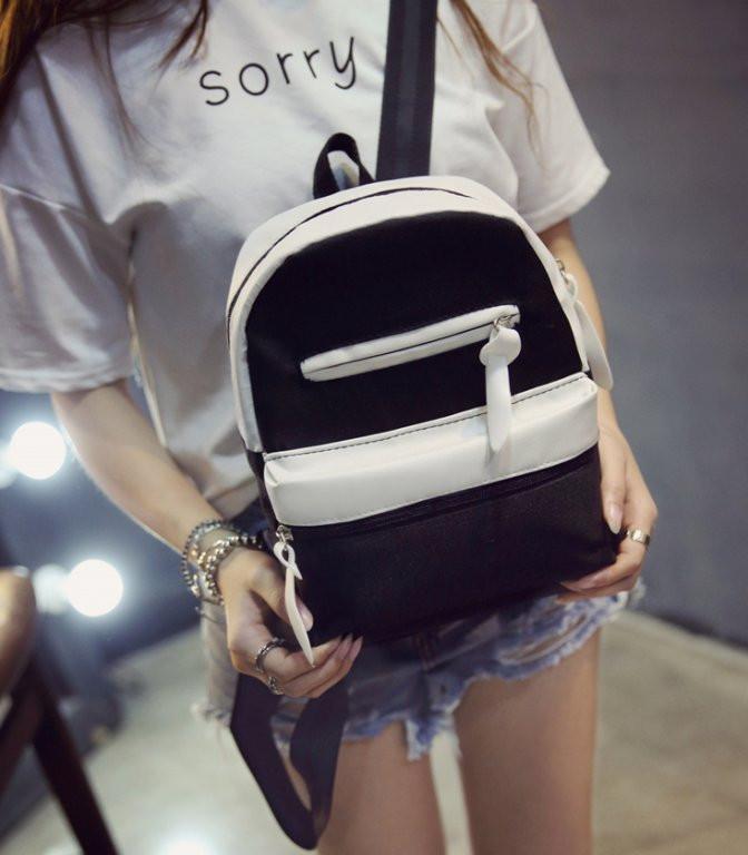 Городской рюкзак в черно-белом окрасе.