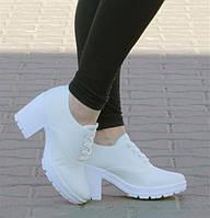Стильные женские ботинки белого цвета на удобном каблуке! Очень легкие.размер 38,39