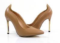 Стильные и удобные женские туфли, лодочки  бежевые на каблуке со стразами